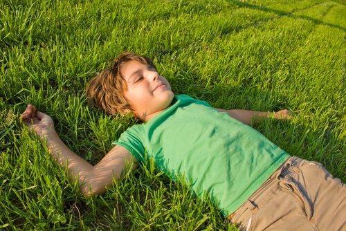 mutlu çocuk çimenlerde yatıyor