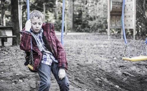salıncakta yalnız oturan çocuk