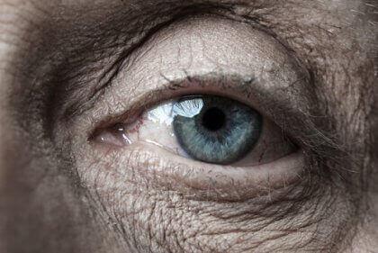 yaşlı mavi göz