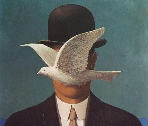 yüzünün önünden güvercin uçan adam