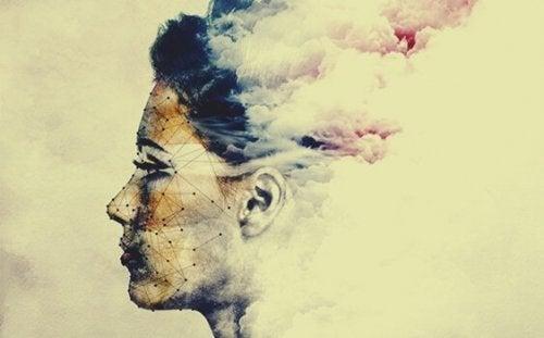 bulutlardan kadın silüeti