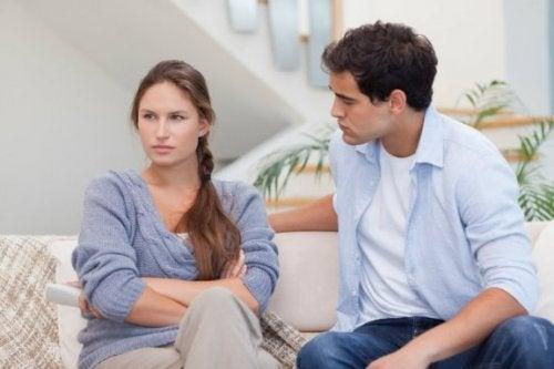 empati duymadan dinleyen ve duygusal kopukluk yaşayan çift