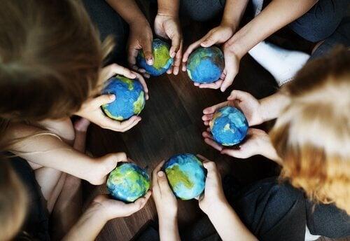 ellerinde dünya şeklinde küçük toplar olan insanlar