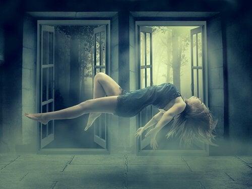 havada asılı bir kadın