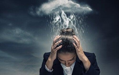 yıkıcı düşünce etkisi altında bir kadın