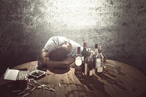 alkol şişeleri ve sızmış bir adam