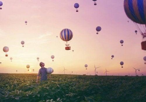 balonlar ve adam
