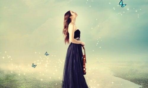 keman tutan bir kadın ve öz-gerçekleştirme
