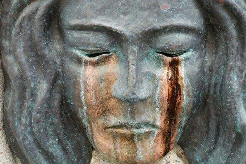 ağlayan kadın heykli