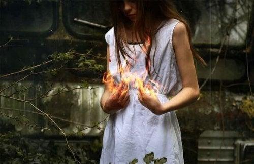 ellerinde ateş tutan kadın