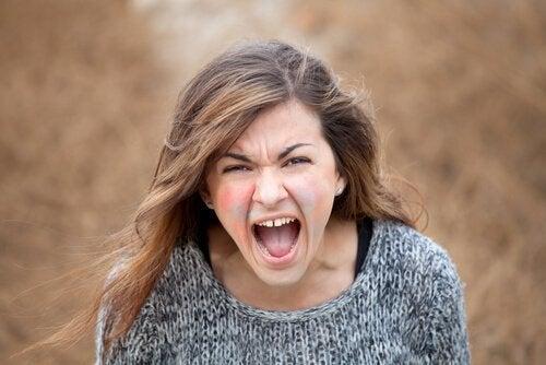 öfke ile bağıran kadın