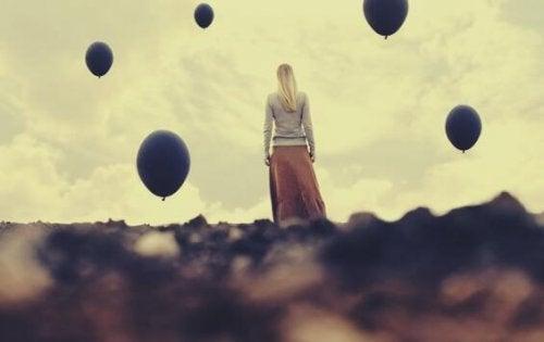siyah balonlar ve kadın
