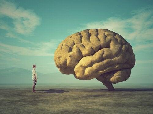 beyin önünde duran adam
