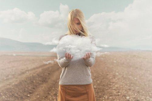 elinde bulut tutan kadın