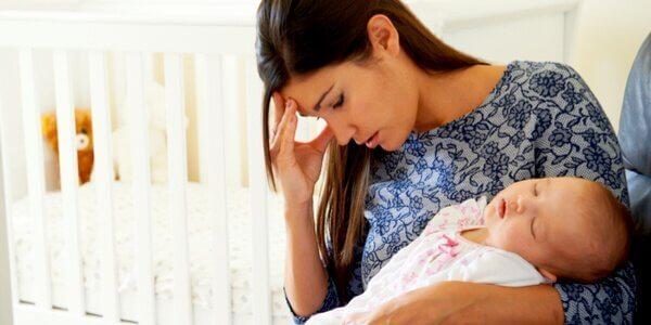 bebeğinden dolayı bunalmış anne