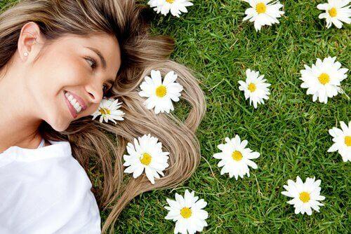 çimende yatan mutlu kadın