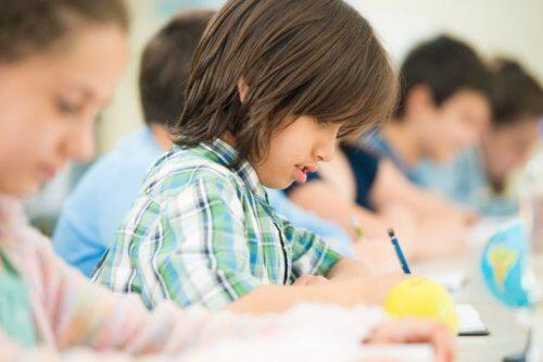 çocuk okulda ders çalışıyor