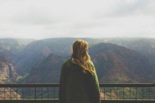 dağlara doğru bakan kadın