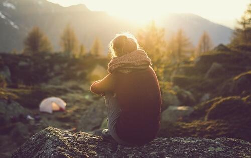 dağda tek başına oturan kadın