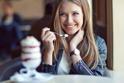 kafede dondurma yiyen kadın