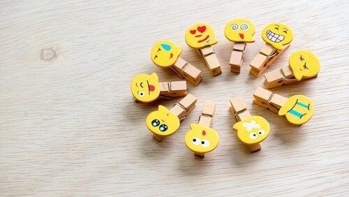 üstlerinde emoji olan mandallar