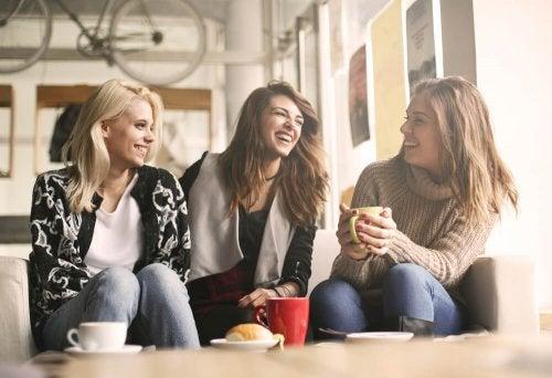 kafede oturan ve gülen kadınlar