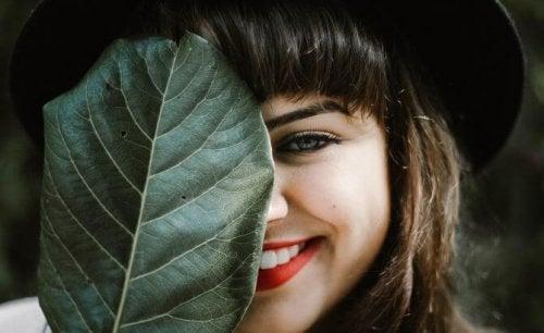yaprağın ardından gülümseyen kadın