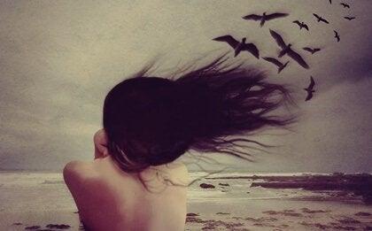 kadın kuşlara bakıyor