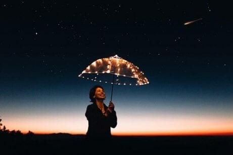 kadın şemsiye tutuyor