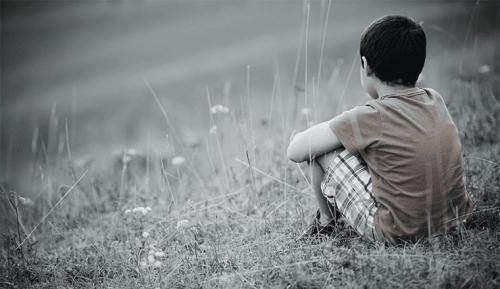 yalnız başına oturan çocuk
