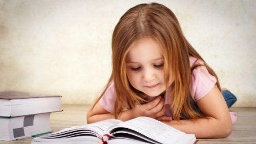 küçük kız hikaye okuyor