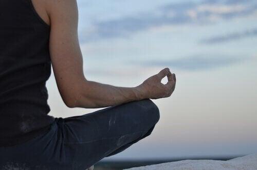 meditasyon yapan adam