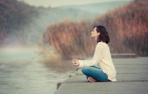 göl kenarında meditasyon yapan kadın