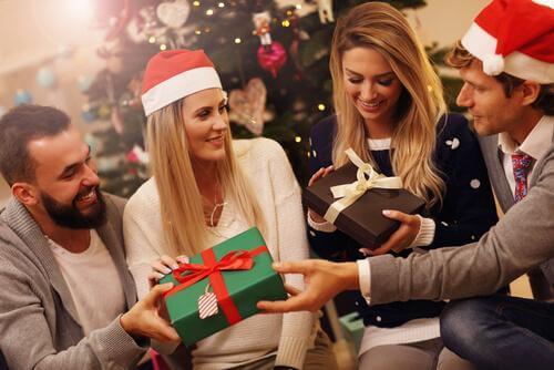 noel esnasında hediye açan çiftler