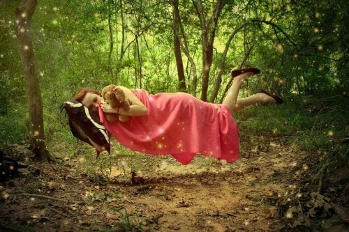 ormanda yastığıyla uyuyan kız