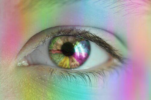gökkuşağı renklerinde göz