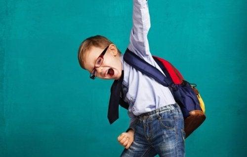 sırt çantalı küçük çocuk