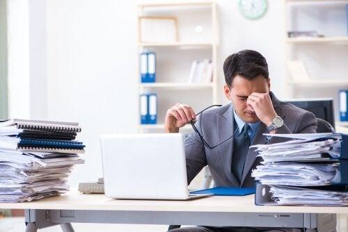 vazgeçilmez olmak adına stresle çalışmak