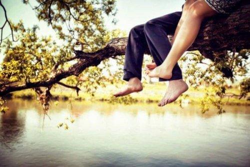 su üstünde ayaklar