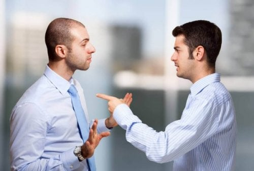 tartışan gömlekli adamlar