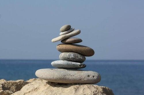 üst üste dizilmiş taşlar