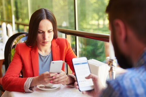 kafede telefonlarına bakan insanlar