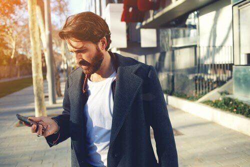 yolda telefonuna bakan adam