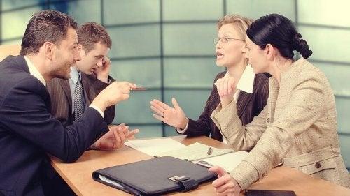 iş yerinde toplantı yapan insanlar