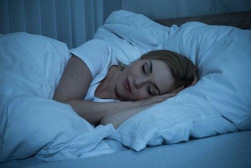 yatağında uyuyan kadın