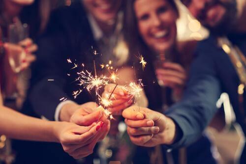 yeni yıl kutlaması yapan insanlar