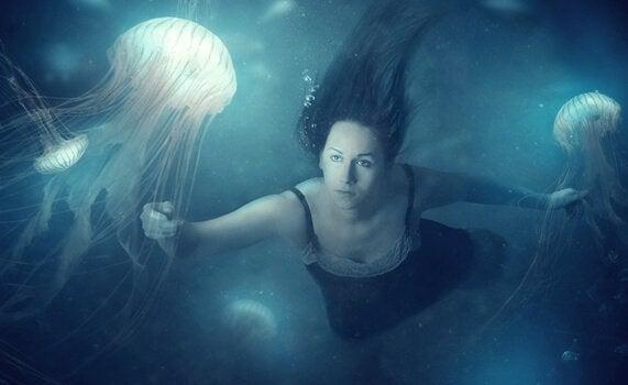 yüzen kadın
