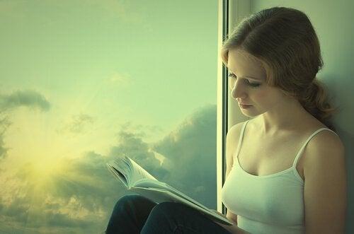 kitap okuyan bir kadın