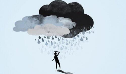 bulut altında bir adam
