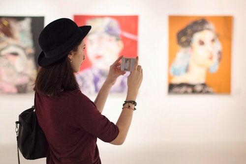 müzeyi ziyaret eden kadın
